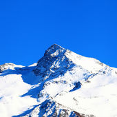 Snow-capped mountains under the blue sky — Stock Photo