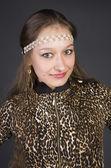 Belle jeune fille dans une robe imprimée léopard — Photo