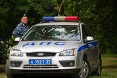 Policía rusa con un coche de policía — Foto de Stock