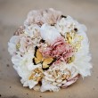 Bouquet, a bouquet of flowers wedding lying on the sand of the solar beach — Stock Photo