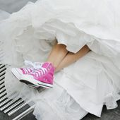 Pink gym shoes and a wedding dress — Stock Photo