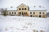 Abandonó el edificio en ruinas en un fondo de invierno — Foto de Stock
