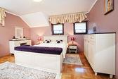Dormitorio de edificios en el país viven — Foto de Stock