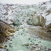 Glacier and river in mountain — Stock fotografie
