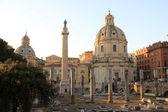 Trojan's kolumn och kyrkan santa maria — Stockfoto