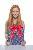 Červené vlasy dívka prezentující dárek — Stock fotografie
