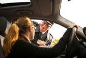 警察官チェック運転免許証 — ストック写真