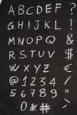 Alfabeto scritto su lavagna verticale — Stockfoto