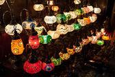 Multi-barevné lampy v obchodě — Stock fotografie