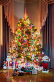 Christmas tree with snow-maiden,santas and snowman toys — Stock Photo