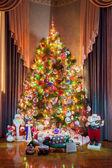 новогодняя елка с игрушками-снегурочка, деды морозы и снеговик — Стоковое фото