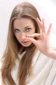 Jovem mulher com um comprimido — Fotografia Stock