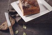 Bir plaka üzerinde kahverengi ekmek bıçağıyla — Stok fotoğraf