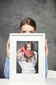 Jeune fille tient une photo — Photo