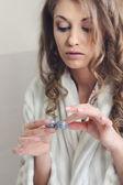молодая красивая девушка ставит контактные линзы — Стоковое фото