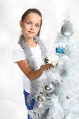 Menina vestidos árvore de natal — Fotografia Stock