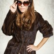 Mysterious elegant woman in a fur coat and sunglasses — Stok fotoğraf