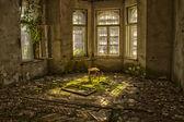 Vieja silla en una destartalada casa abandonada — Foto de Stock