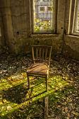 Cadeira velha em uma casa abandonada em ruínas 2 — Fotografia Stock