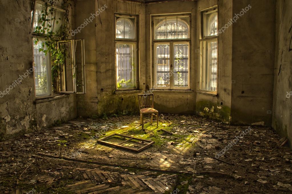vieille chaise dans une maison d labr e abandonn e photo 32528649. Black Bedroom Furniture Sets. Home Design Ideas