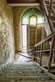 Poškozené schody na schodišti — Stock fotografie