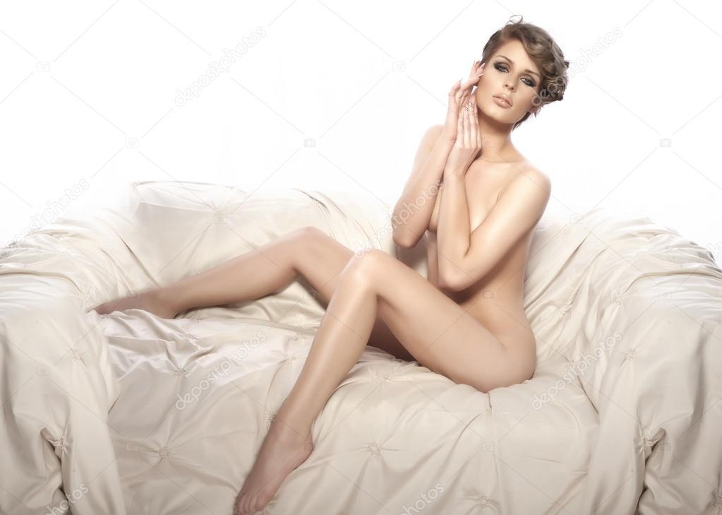 Langbeinige nackte Frauen