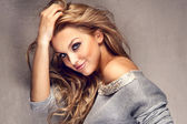 Portret van mooie blonde meisje met lange haren — Stockfoto