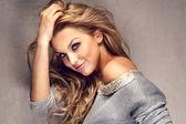 Retrato de uma linda menina loira com cabelos longos — Foto Stock