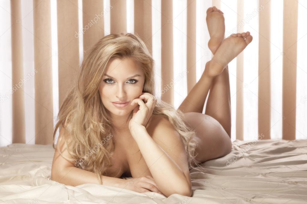 Голая блондинка оголила свое тело  604390