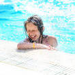 Smiling cute little girl having fun in swimming pool. — Stock Photo