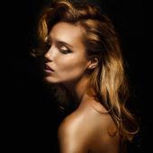 ポーズ豪華なブロンドの女性の肖像画. — ストック写真