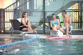 Amis de détente une piscine — Photo