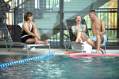 Milieu amis âgés au bord de la piscine — Photo