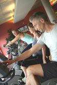 Groupe d'amis matures dans une salle de sport — Photo