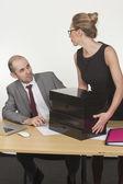 Erkek patron veren kadın yardımcı görünüyor — Stok fotoğraf