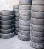 栈的使用的汽车轮胎 — 图库照片