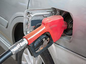 Gasoline nozzle filling up a car — Stockfoto