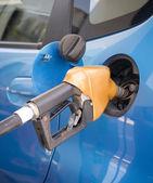 Gicleur essence remplissant une voiture — Photo