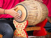 People playing Thai vintage drum — Stock fotografie