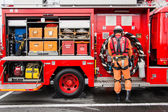 Male firefighter demonstrates rescue tools — Stock Photo