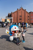 Children takes photo with Doraemon figure — Foto de Stock