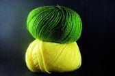 两个绿色和黄色球的羊毛 — 图库照片