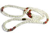 Vita röda pärlor halsband — Stockfoto