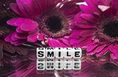 Fleurs roses et le sourire de message texte — Photo
