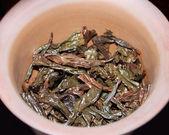 Mokré čajových lístků v jílu teabowl — Stock fotografie