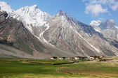 Village under mountain in Northern India — Stock Photo