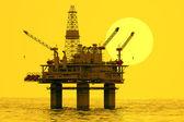 Oljeplattform på havet. — Stockfoto