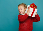 Little girl holding gift box — Stockfoto