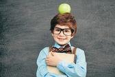 Little boy with apple on head — Stockfoto