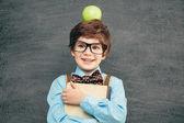 Garotinho com uma maçã na cabeça — Foto Stock